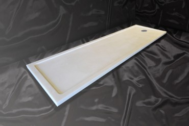Long narrow shower tray in white high gloss