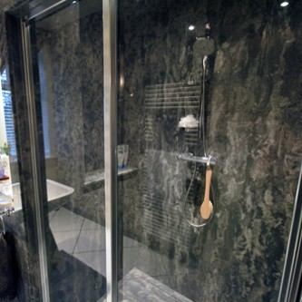 Shower panels in granite 'Gritstone'.